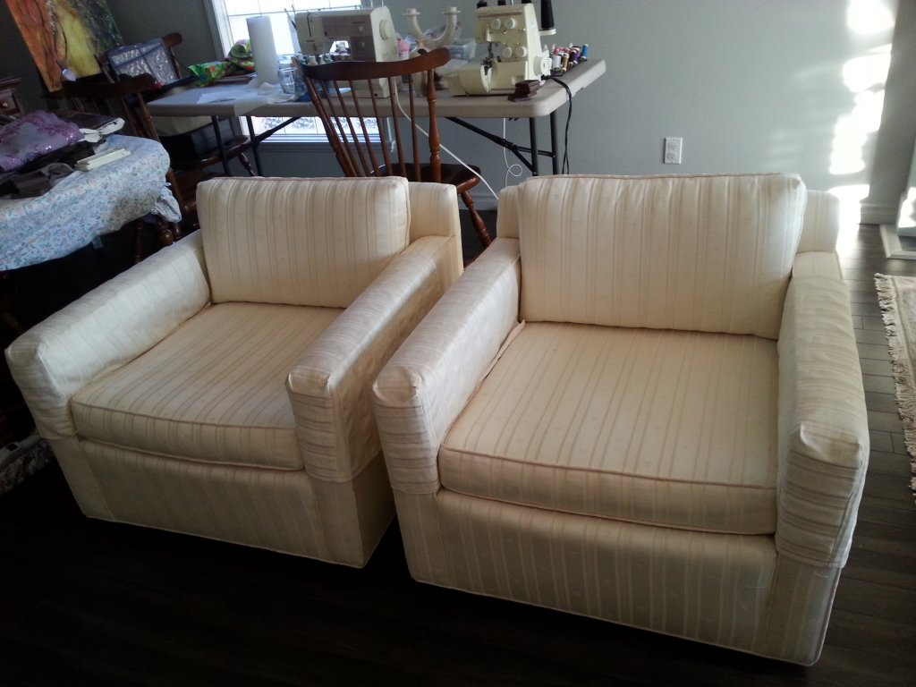 Vintage sofa and two side chairs in Penticton BC 【 Skaha 】